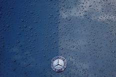 Daimler a annoncé vendredi rappeler dans le monde entier un million de véhicules Mercedes-Benz récemment construits, y compris de l'année modèle 2017, en raison d'un risque d'incendie. /Photo prise le 23 février 2017/REUTERS/Stefan Wermuth