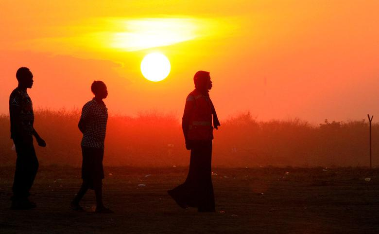 File Photo: People who fled fighting in South Sudan are seen walking at sunset on arrival at Bidi Bidi refugee resettlement camp near the border with South Sudan, in Yumbe district, northern Uganda December 7, 2016. REUTERS/James Akena/File Photo