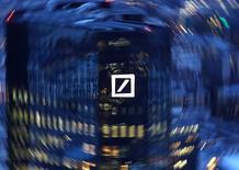 Fotografía de la sede central de Deutsche Bank en Fráncfort. 31 de enero de 2017. Deutsche Bank se está preparando para un posible aumento de capital de unos 8.000 millones de euros (8.500 millones de dólares), que busca fortalecer su balance y liberar fondos para inversiones estratégicas después de años de reestructuraciones.  REUTERS/Kai Pfaffenbach