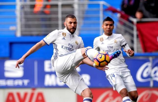 3月4日、サッカーのスペイン1部、レアル・マドリードはエイバルに4─1で勝利。カリム・ベンゼマ(左)が2得点を挙げた(2017年 ロイター/VincentWest)