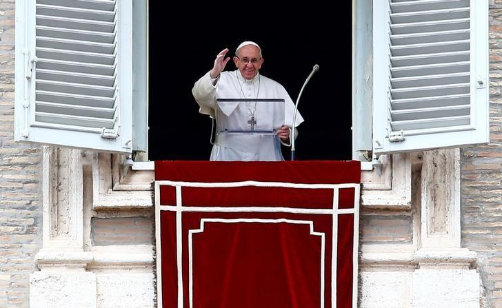 Pope Francis waves as he leads the Angelus prayer in Saint Peter's square at the Vatican March 5, 2017. REUTERS/Tony Gentile