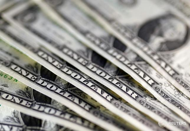 3月3日、米商品先物取引委員会が発表したIMM通貨先物の非商業(投機)部門の取組によると、ドルの対主要6通貨の投機筋のポジションは、買い越し額が昨年10月初旬以来の低水準に減少した。2016年11月撮影(2017年 ロイター/Dado Ruvic)