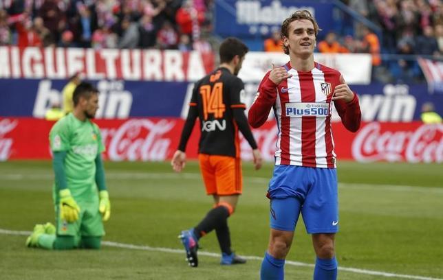 3月5日、サッカーのスペイン1部は各地で試合を行い、アトレチコ・マドリード─バレンシアは3─0でアトレチコが快勝した。写真は2ゴールを挙げたアントワーヌ・グリーズマン(2017年 ロイター/Javier Barbancho)