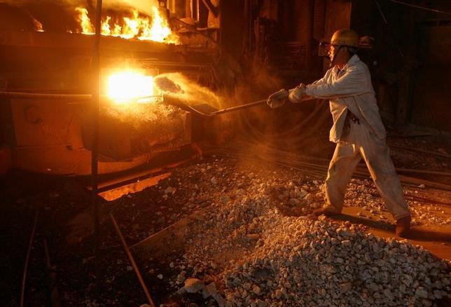 3月5日、中国国家発展改革委員会は、今年の鉄鋼の生産能力を5000万トン、石炭を1億5000万トン以上削減する方針を示した。大気汚染と供給過剰を解消することが狙い。写真は湖北省武漢市の製鉄工場で撮影。2007年10月撮影(2017年 ロイター)