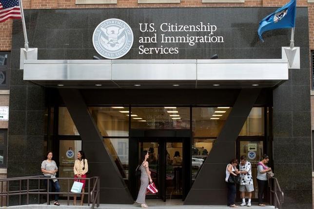 3月4日、米国市民権・移民業務局(USCIS)は3日、IT業界が多く利用する米国の一時就労ビザ「H─1B」の優先的な手続きを、4月3日から最大で6カ月間、一時的に停止すると発表した。写真は2012年8月、ニューヨークのUSCISで撮影(2017年 ロイター/Keith Bedford)