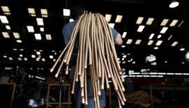 Un empleado transporta cobre en la empresa metalúrgica SPTF en Sao Paulo, Brasil. 20 de abril 2012. La actividad del sector de servicios en Brasil tuvo en febrero su menor contracción en dos años, lo que sugiere que la economía del país podría salir pronto de la recesión en la que está sumida.  REUTERS/Nacho Doce/File Photo