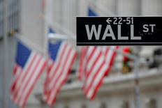 Una señal de Wall Street fuera de la bolsa de Nueva York, Estados Unidos. 28 de diciembre 2016. Las acciones caían el lunes en la apertura de Wall Street, debido a que las crecientes tensiones geopolíticas en Asia y la acusación del presidente Donald Trump de que su predecesor Barack Obama ordenó espiarlo cuando era candidato afectaban el apetito de los inversionistas por el riesgo.REUTERS/Andrew Kelly