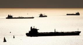 Танкеры близ Марселя 27 октября 2010 года.  Цена на нефть стабильна на вечерних торгах в понедельник: рост напряжённости в Северной Африке поддерживает котировки, но прогноз замедления роста китайской экономики сдерживает подъём рынка. REUTERS/Jean-Paul Pelissier/File Photo