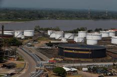 La refinería de Ecopetrol en Barrancabermeja, Colombia, mar 1, 2017. La petrolera colombiana Ecopetrol tuvo una utilidad neta de 1,56 billones de pesos en 2016 (525,6 millones de dólares), alentada por ahorros en costos y en inversión, que le permitió cerrar el ejercicio con una amplia caja que usará para hacer compras en la región este año, informó el lunes la compañía.  REUTERS/Jaime Saldarriaga