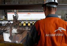 ArcelorMittal et l'italien Marcegaglia ont soumis une offre pour reprendre le site sidérurgique en difficulté Ilva, dans la région des Pouilles, a annoncé lundi le premier sidérurgiste mondial. /Photo d'archives/REUTERS/Francois Lenoir