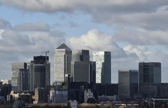 3月6日、法律事務所のフレッシュフィールズ・ブルックハウス・デリンガーは、英国の欧州連合(EU)離脱に関する報告書のドラフトで、同国がEU市場へのアクセスを失った場合、金融機関や社員が流出し、国内経済全般が弱体化する可能性があるとの見解を示した。写真は金融機関が集まるロンドンのカナリー・ワーフ。昨年2月撮影(2017年 ロイター/Hannah McKay)