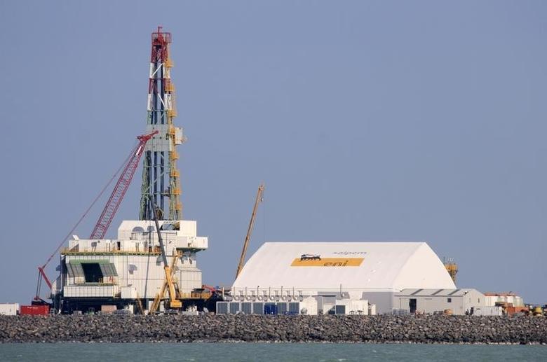 2012年10月,里海北部岛屿上在建的石油钻机设施。REUTERS/Robin Paxton
