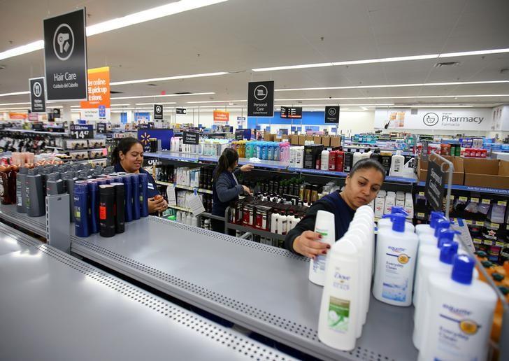 2017年1月10日,美国加州Compton一家新建的沃尔玛购物广场,员工在货架上摆放商品。REUTERS/Mike Blake