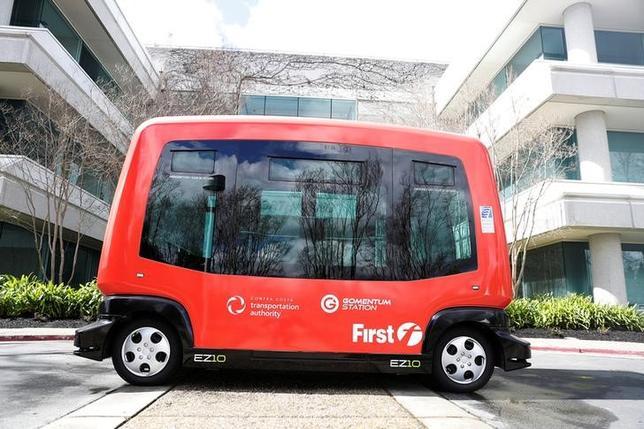 3月6日、米カリフォルニア州サンフランシスコ・ベイエリアの駐車場で、自動運転バス2台の試験走行が始まった。今年後半もしくは来年初めに公道での試験走行を目指している(2017年 ロイター/Stephen Lam)