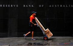 Человек проходит мимо здания Резервного банка Австралии в Сиднее 7 марта 2017 года. Австралийский центробанк оставил ставки без изменений во вторник, как и ожидалось, поскольку чиновники недавно сигнализировали о стабильном прогнозе на большую часть года. REUTERS/David Gray