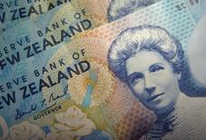 Новозеландские доллары. Международный валютный фонд (МВФ) предупредил во вторник, что высокие показатели долга домохозяйств, связанные с недвижимостью, являются риском для финансовой стабильности Новой Зеландии, и поддержал призыв центрального банка страны разработать новые инструменты для борьбы с разогретым жилищным рынком.    REUTERS/Dennis Owen/File Photo