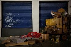 Un desamparado durmiendo en una calle en Sao Paulo, jun 13, 2016. El producto interno bruto de Brasil se contrajo un 3,6 por ciento en 2016, informó el martes el Instituto Brasileño de Geografía y Estadística (IBGE), tras una lectura negativa peor a la esperada en el cuarto trimestre.  REUTERS/Nacho Doce
