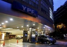 Un estacionamiento en una gasolinera de YPF en Buenos Aires, Argentina. 25 de mrazo 2015. La petrolera estatal argentina YPF ha reducido los costos de la perforación horizontal en más de la mitad y ha disminuido el tiempo requerido para completar nuevos pozos petroleros, dijo un alto ejecutivo de la empresa presente en la conferencia de energía CERAWeek. REUTERS/Enrique Marcarian - RTR4UVF5