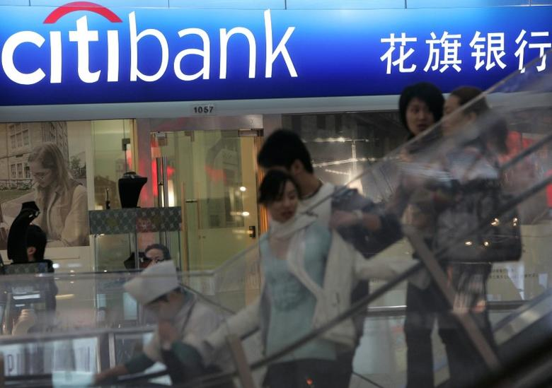 People walk past a Citibank branch in Shanghai November 20, 2008. REUTERS/Aly Song
