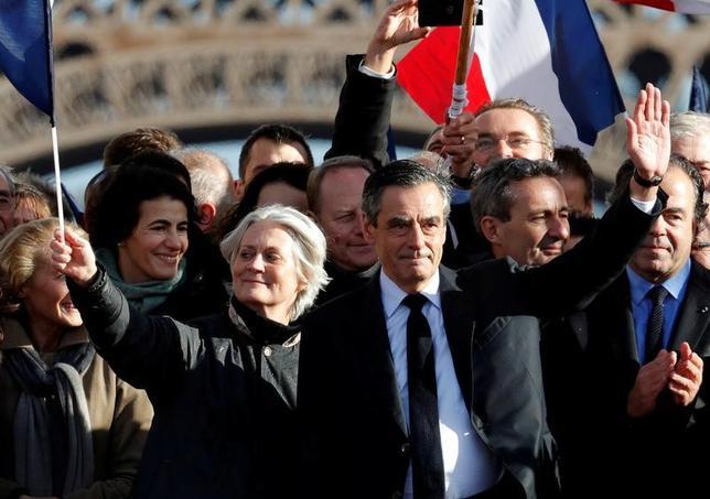 3月7日、フランスの中道政党、民主独立連合(UDI)は、共和党(中道右派)の大統領選候補であるフィヨン元首相(写真中央)を支持する可能性を示唆した。5日撮影(2017年 ロイター/Philippe Wojazer)