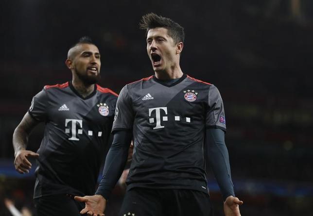 3月7日、サッカーの欧州チャンピオンズリーグ(CL)は各地で16強の第2戦が行われ、バイエルン・ミュンヘン(ドイツ)はロベルト・レバンドフスキ(右)のゴールなどでアーセナル(イングランド)に5─1で大勝した(2017年 ロイター)