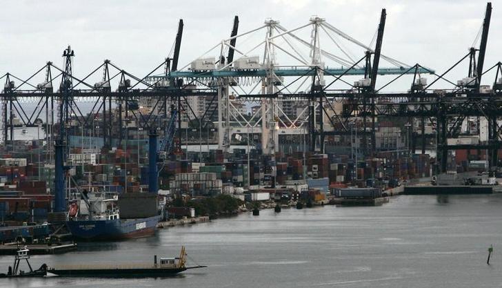 图为2007年10月资料图片,显示美国迈阿密港口的货轮。REUTERS/Carlos Barria