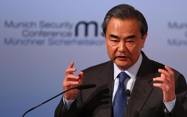 3月8日、中国の王毅外相(写真)は、全国人民代表大会(全人代、国会に相当)で会見し、北朝鮮に対し、核開発とミサイル発射実験の中止を求めた。写真はミュンヘンで2月撮影(2017年 ロイター/Michael Dalder)