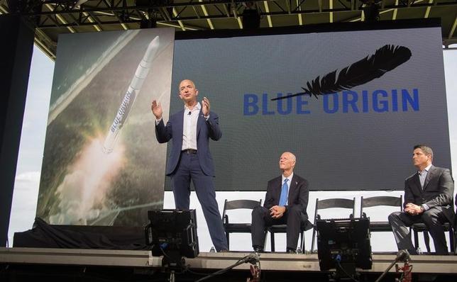 3月7日、米アマゾン・ドット・コムの創業者で最高経営責任者(CEO)のジェフ・ベゾス氏(写真前列)は、同氏が立ち上げた宇宙開発ベンチャーのブルーオリジンが、再利用可能な軌道飛行型ロケット「ニューグレン」について、フランスの通信衛星運営会社ユーテルサットと初契約を結んだことを明らかにした。提供写真(2017年 ロイター/Space Florida)