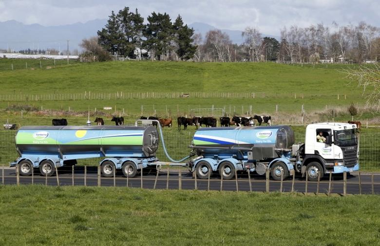 2013年8月资料图,乳品巨头恒天然的运奶罐车驶入汉密尔顿附近Te Rapa乳品加工厂。REUTERS/Nigel Marple