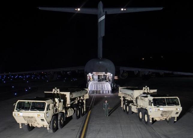 3月8日、北朝鮮による6日のミサイル発射は、同国が複数の中距離弾道ミサイルを正確に発射できることを証明した。写真はTHAADの配備作業、提供写真(2017年 ロイター/Yonhap)