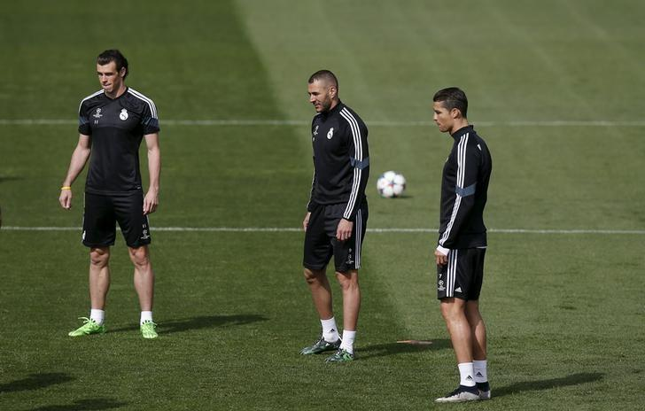 (L-R) Real Madrid's Gareth Bale, Karim Benzema and Cristiano Ronaldo attend a training session at Valdebebas sports grounds in Madrid, April 13, 2015. Real Madrid will play their Champions League quarterfinal first leg soccer match against Atletico Madrid at Vicente Calderon stadium on Tuesday. REUTERS/Susana Vera