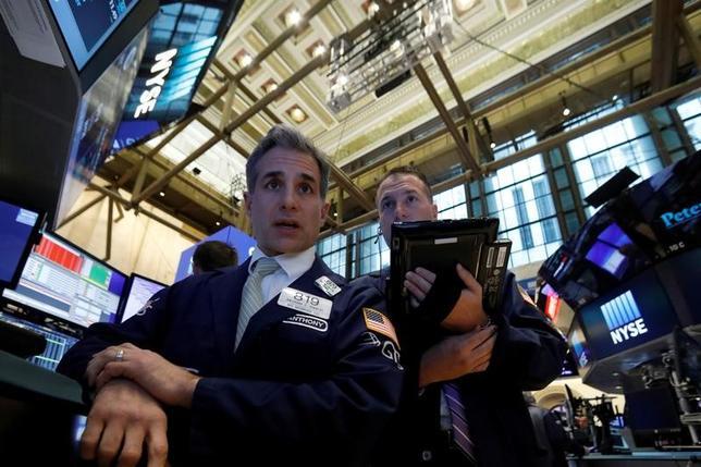 3月8日、米国株式市場は、ダウ工業株30種とS&P総合500種がいずれも続落した。エネルギー株が大きく値下がりし、株価全体の重しとなった。ニューヨーク証券取引所で撮影(2017年 ロイター/Brendan McDermid)