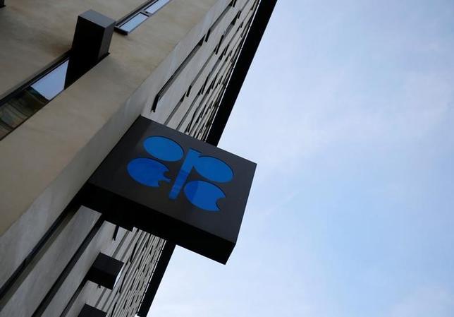 3月7日、石油輸出国機構(OPEC)は石油の世界的供給過剰への対処方について話し合う相手の幅を広げており、このほど初めて米シェール企業やヘッジファンドと協議を行った。写真はOPECのロゴ。ウィーンの本部で昨年10月撮影(2017年 ロイター/Leonhard Foeger)