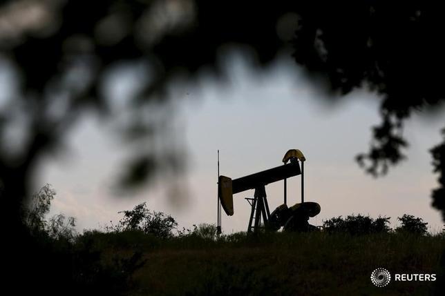 3月9日、原油先物が下落。米原油先物は支持線の50ドルの節目を割り込んだ。写真は2015年8月、テキサス州シスコの油ポンプジャックを撮影(2017年 ロイター/Mike Stone)