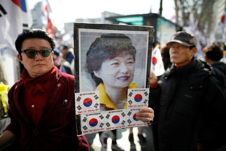 Supporters of South Korean President Park Geun-hye attend a protest before the Constitutional Court ruling on Park's impeachment near the Constitutional Court in Seoul, South Korea, March 10, 2017.  REUTERS/Kim Hong-Ji