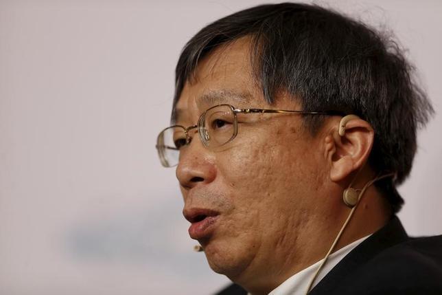 3月10日、中国の経済紙によると、中国人民銀行(中央銀行)の易綱副総裁は、同国が輸出を促進するために人民元の切り下げを行うことはないと述べた。写真は同副総裁。上海で昨年2月撮影(2017年 ロイター/Aly Song)