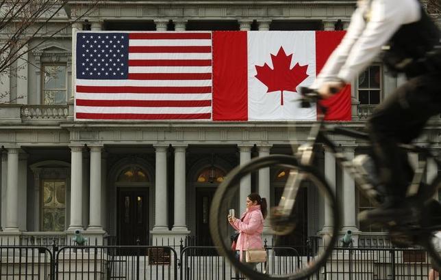 3月9日、カナダのカー天然資源相は、米ヒューストンで会見し、カナダ政府が北米自由貿易協定(NAFTA)の修正を米国とメキシコと協議する用意があると述べた。写真は米国とカナダの国旗。ワシントンで昨年3月撮影(2017年 ロイター/Kevin Lamarque)