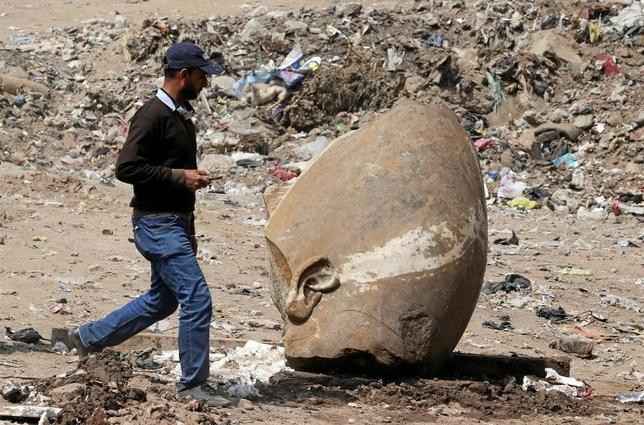 3月9日、エジプトとドイツの考古学者チームは、カイロで住宅地の地下水中から高さ8メートルの像を発掘し、ラムセス2世王の像である可能性が高いとの見解を示した。写真は発掘された像の一部(2017年 ロイター/Mohamed Abd El Ghany)