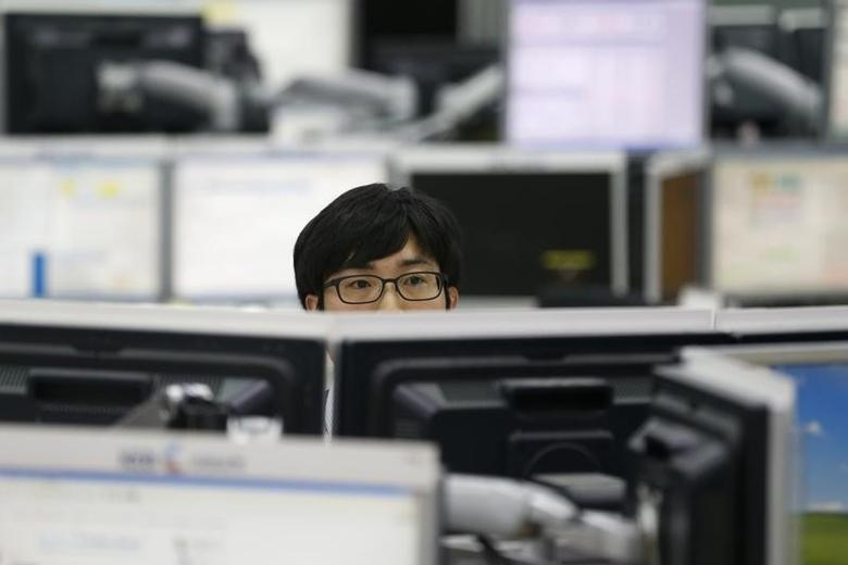 2013年6月,首尔一间外汇交易公司电脑屏幕前的交易员。REUTERS/Lee Jae-Won