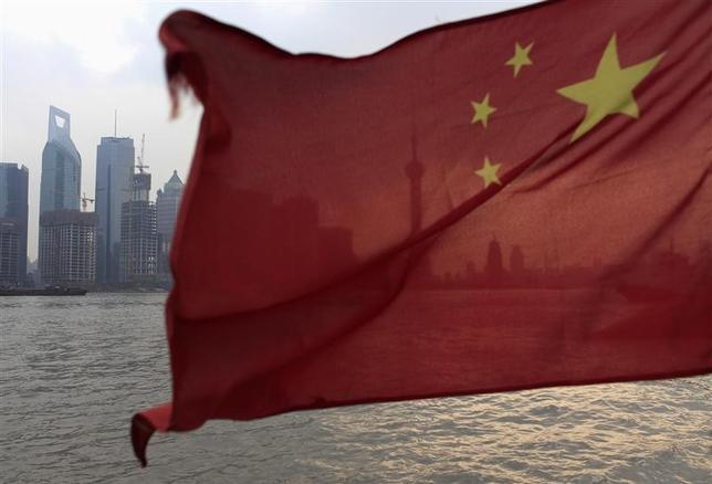 3月10日、中国政府は昨年、不動産市場での投機抑制策に乗り出したが、投機筋は政府が価格の下落を看過しないと高をくくり、ひるむ様子は見られない。写真は中国の国旗。上海で2010年2月撮影(2017年 ロイター/Aly Song)