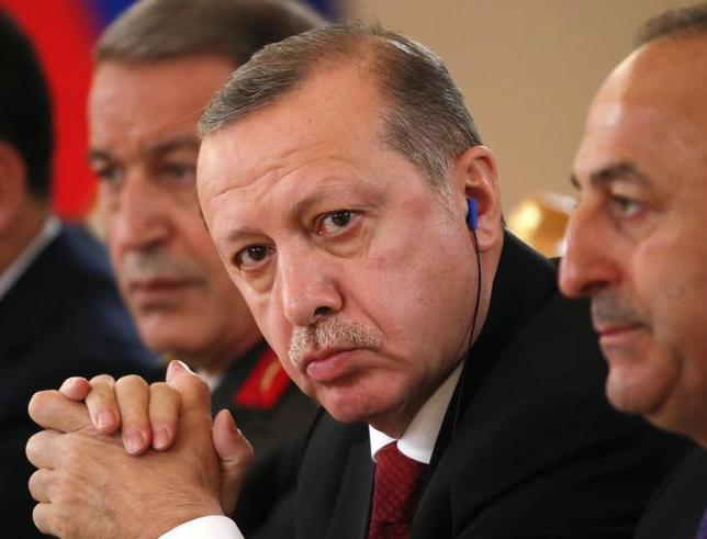3月12日、トルコのエルドアン大統領(写真中央)は、ロッテルダムでのトルコ系住民集会に参加しようとしたチャブシオール外相の入国をオランダ政府が拒否したことを非難し、制裁を科すべきだと主張した。モスクワで10日代表撮影(2017年 ロイター/Sergei Ilnitsky)