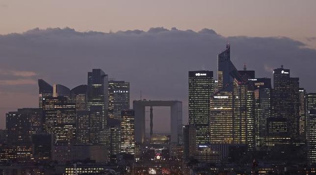 3月10日、英国の欧州連合(EU)離脱に備え、パリやフランクフルト、ダブリンなどがロンドンに拠点を置く金融機関の移転誘致を目指す中、パリが今月、銀行関係者の懸念払拭(ふっしょく)に向けて新たな広告を打ち出した。写真はパリ近くの金融街で1月撮影(2017年 ロイター/Christian Hartmann)