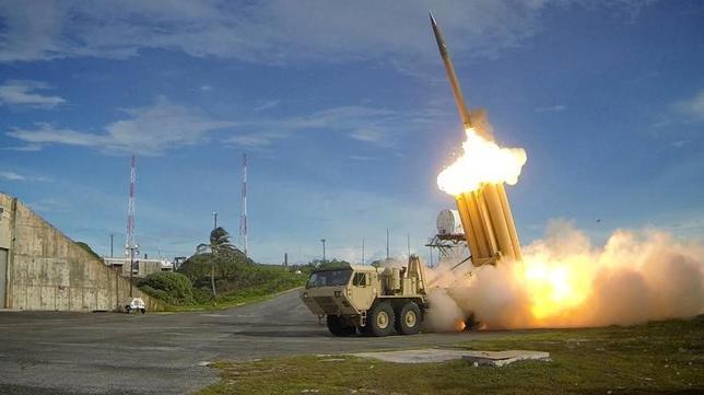 3月13日、韓国の柳一鎬(ユ・イルホ)企画財政相は、最新鋭地上配備型迎撃システム「高高度防衛ミサイル(THAAD)」の配備に対する中国の報復措置をめぐり、確固とした証拠がないため正式な対応はとっていないと述べた。写真は最新鋭迎撃システム「高高度防衛ミサイル(THAAD)のテスト発射の模様。米国防省提供写真(2017年 ロイター)