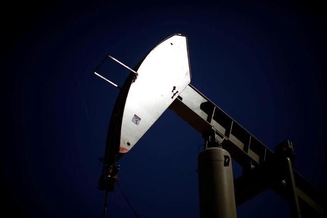 A pumpjack brings oil to the surface in the Monterey Shale, California, U.S., April 29, 2013.   REUTERS/Lucy Nicholson/File Photo