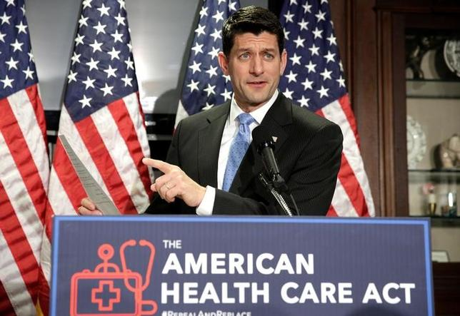 3月13日、米議会予算局(CBO)は、共和党が提示した医療保険制度改革法(オバマケア)の代替案に関する評価報告書を公表し、代替案の下では来年までに1400万人が保険を失うとの試算を明らかにした。写真は代替案について話すライアン下院議長、8日撮影(2017年 ロイター/Joshua Roberts)
