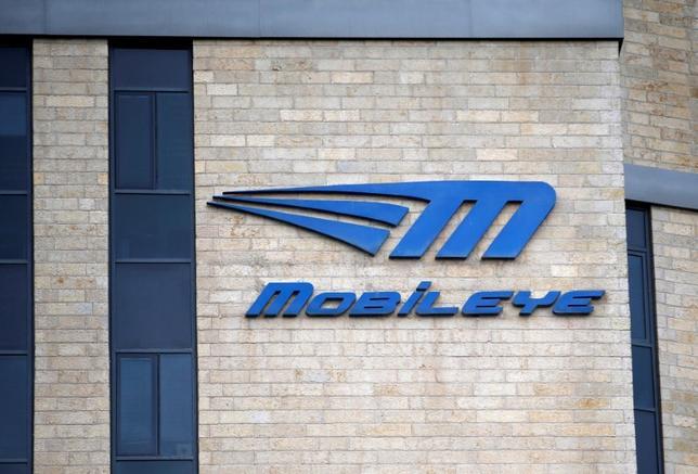 3月13日、米半導体大手インテルは、運転支援ソフト会社モービルアイを153億ドルで買収することで合意し、自動運転の分野で勝負に出た。写真はモービルアイのロゴ。エルサレムで撮影(2017年 ロイター/Ronen Zvulun)