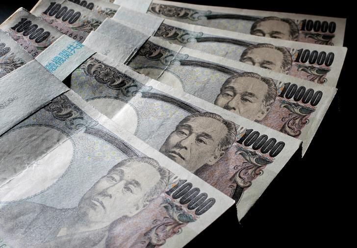 图为2010年8月资料图片,显示日圆纸币。REUTERS/Yuriko Nakao