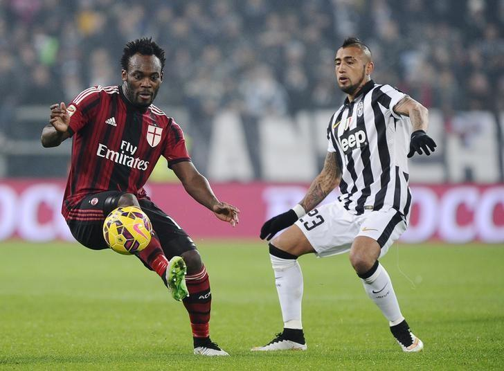 Juventus' Arturo Vidal (R) fights for the ball with AC Milan's Michael Essien during their Italian Serie A soccer match at Juventus Stadium in Turin, February 7, 2015. REUTERS/Giorgio Perottino
