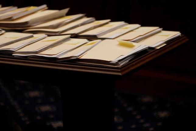 3月13日、無党派の米シンクタンク、タックス・ポリシー・センターは、共和党の医療保険制度改革(オバマケア)改廃法案を実行した場合、最富裕層に中間所得層の5倍以上の恩恵があるとする試算をまとめた。写真は下院通商委員会で延々と討議されたオバマケア改革法案のコピー。米連邦議会議事堂で9日撮影(2017年 ロイター/Aaron P.Bernstein)