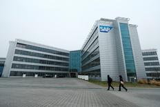 Le premier éditeur européen de logiciels SAP a annoncé mardi avoir corrigé des vulnérabilités dans sa plate-forme Hana, qui pouvaient potentiellement permettre à des pirates de prendre le contrôle des bases de données et des applications professionnelles utilisées pour gérer les grandes entreprises. /Photo d'archives/REUTERS/Ralph Orlowski